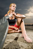 Het jonge vrouw stellen met kajakpeddel Royalty-vrije Stock Fotografie