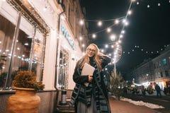 Het jonge vrouw stellen met laptop op de straat royalty-vrije stock afbeeldingen