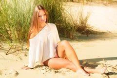 Het jonge vrouw stellen op grasrijk duin Royalty-vrije Stock Afbeelding
