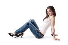 Het jonge vrouw stellen op vloer,   Stock Foto