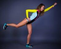 Het jonge vrouw stellen in sportactie Royalty-vrije Stock Afbeeldingen