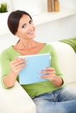 Het jonge vrouw toothy glimlachen terwijl het houden van een tablet Stock Foto's