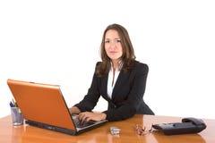 Het jonge vrouw typen op laptop Stock Foto's