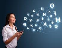 Het jonge vrouw typen op smartphone met hoogte - commi van technologie 3d brieven Royalty-vrije Stock Foto's