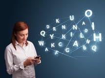 Het jonge vrouw typen op smartphone met hoogte - commi van technologie 3d brieven Stock Afbeeldingen