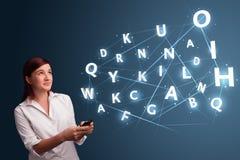Het jonge vrouw typen op smartphone met hoogte - commi van technologie 3d brieven Royalty-vrije Stock Fotografie