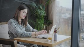 Het jonge vrouw Typen op het toetsenbord, het babbelen, het bloging Het Freelancerwerk aangaande netbook in het moderne coworking stock videobeelden