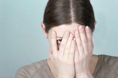 Het jonge vrouw verbergen Stock Afbeelding