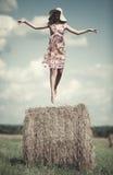 Het jonge vrouw vliegen stock foto