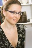Het jonge vrouw werken Stock Foto