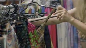 Het jonge vrouw winkelen stock video