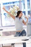Het jonge vrouw zingen in helder bureau Stock Foto's