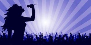 Het jonge vrouw zingen op stadium royalty-vrije stock fotografie
