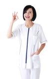 Het jonge vrouwelijke arts of verpleegster perfect gesturing Stock Foto's