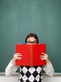 Het jonge vrouwelijke boek van de nerdholding Stock Fotografie