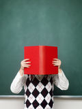 Het jonge vrouwelijke boek van de nerdholding Royalty-vrije Stock Foto