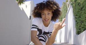 Het jonge vrouwelijke dansen stock video