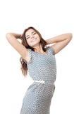 Het jonge vrouwelijke het glimlachen uitrekken zich met gesloten ogen Royalty-vrije Stock Foto's