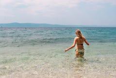 Het jonge vrouwelijke lopen in het overzees Royalty-vrije Stock Afbeelding