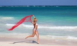 Het jonge vrouwelijke lopen op tropisch strand Stock Foto