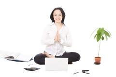 Het jonge vrouwelijke professionele rusten in lotusbloem stelt voor lapt Stock Fotografie