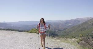 Het jonge vrouwelijke toerist lopen stock video