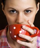 Het jonge vrouwen drinken royalty-vrije stock afbeeldingen