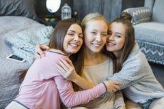 Het jonge vrouwen koesteren Stock Foto
