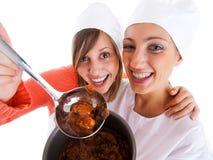 Het jonge vrouwen koken Stock Afbeelding