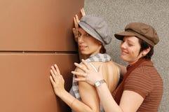 Het jonge vrouwen omhelzen Stock Foto's