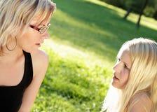 Het jonge vrouwen spreken Stock Fotografie