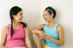 Het jonge vrouwen spreken Stock Foto's