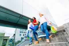 Het jonge vrouwen winkelen Stock Foto