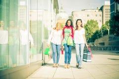 Het jonge vrouwen winkelen Royalty-vrije Stock Fotografie