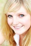 Het jonge vrouwenclose-up glimlachen Royalty-vrije Stock Afbeeldingen