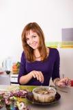 Het jonge vrouwenhuisvrouw koken Royalty-vrije Stock Foto