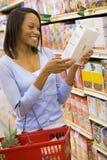 Het jonge vrouwenkruidenierswinkel winkelen Stock Afbeeldingen