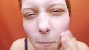 Het jonge vrouwenwas het schrobben gezicht met facewashzeep schrobt 4k UHD stock footage