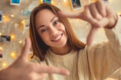 Het jonge vrouwenweekend verfraaide thuis het schot van de slaapkamercamera stock fotografie