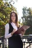 Het jonge vrouwenwerk en ziet eruit Royalty-vrije Stock Foto's