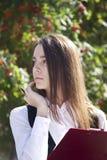 Het jonge vrouwenwerk met pen Royalty-vrije Stock Foto's