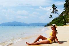 Het jonge vrouwenzon baden op een zandig strand van Thailand Royalty-vrije Stock Foto