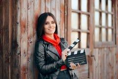 Het jonge Wachten van de de Bioskoopraad van de Actriceholding aan Film royalty-vrije stock foto