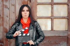 Het jonge Wachten van de de Bioskoopraad van de Actriceholding aan Film stock foto's