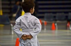 Het jonge wachten van de karatejongen stock foto's