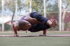 Het jonge wijfje in yogakraan stelt stock afbeelding