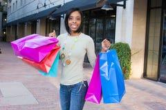 Het jonge Winkelen van de Vrouw Stock Foto
