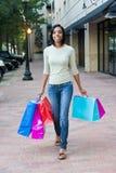 Het jonge Winkelen van de Vrouw Stock Afbeelding