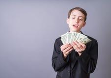 Het jonge Wiz van van de Bedrijfs magnaat Jonge geitje dat van de Mens Geld waait Stock Foto