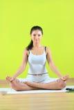 Het jonge yoga vrouwelijke yogatic doen exericise Royalty-vrije Stock Foto